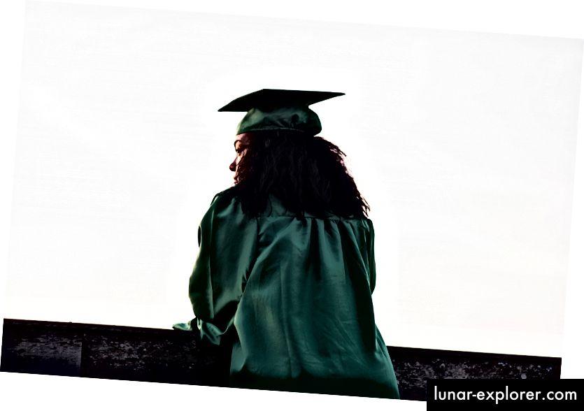 Andre Hunter, a betonkerítés előtt álló akadémiai egyenruhát viselő nő