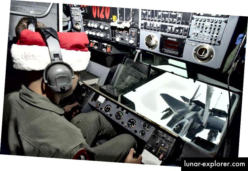 NORAD, Komando Pertahanan Aerospace Amerika Utara, melakukan banyak tugas untuk lalu lintas udara di benua Amerika Utara, termasuk mengambil tanggung jawab untuk mengisi bahan bakar para pejuang yang menjalani latihan tempur dan pelatihan (seperti yang ditunjukkan di sini) serta melacak Sinterklas, yang telah mereka lakukan setiap tahun tanpa gagal untuk generasi. (KENN MANN / USAF / GETTY GAMBAR)