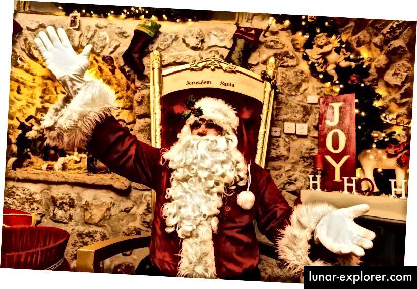 Sinterklas menyampaikan hadiah di seluruh dunia, dan penampakan telah dilaporkan di tempat-tempat yang bahkan tidak terduga, seperti di Santa's House di Kota Tua Yerusalem, Israel. (GETTY)