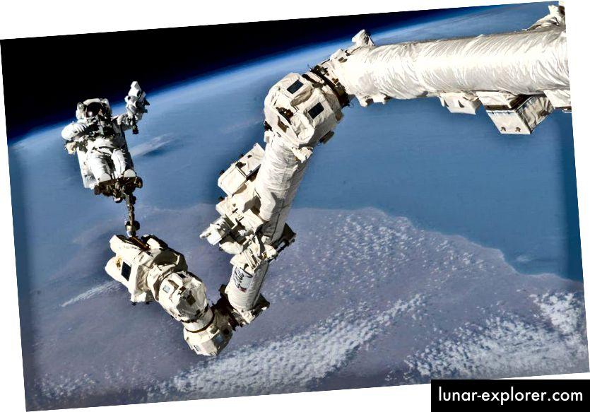 Astronot Stephen K. Robinson, spesialis misi STS-114, berlabuh pada kaki di Stasiun Luar Angkasa Internasional Canadarm2, berpartisipasi dalam sesi ketiga aktivitas ekstravehicular activity (EVA) misi. Alat mekanis berlabuh seperti itu dapat dengan mudah dipasang pada giring untuk Santa, tetapi fisika menawarkan pilihan yang lebih baik. (NASA)