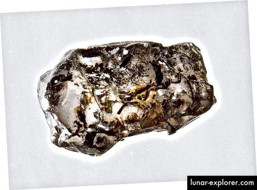 Ein Diamant, der Ringholzit enthält. Wissenschaftler schätzen, dass Ringwoodit und Wadsleyit etwa 60% der Übergangszone ausmachen, während die restlichen 40% andere Verbindungen und Mineralien sind.