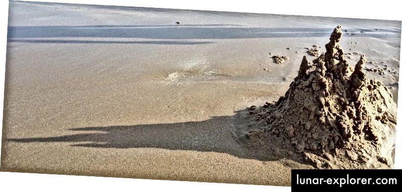 Sandcastle adalah sistem dengan entropi rendah. Inilah salah satu yang sedang dalam proses peningkatan entropi. (sumber)