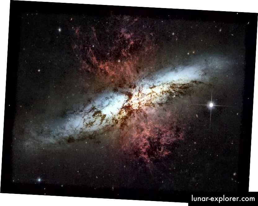 A csillagképződés hatalmas kitörésein átesett galaxisok még sokkal nagyobb, tipikus galaxisokat is kivillanhatnak. Az M82, a szivar-galaxis, gravitációs kölcsönhatásban van szomszédjával (nem a képen), ez az aktív, új csillagképződés robbantását okozza, amely kilép a gázból a központi régiójából. A csillagszeleknek a vörös színe világosan látható (NASA, ESA, ÉS A CSALÁDOS ÖRÖKSÉG Csapat (STSCI / AURA))