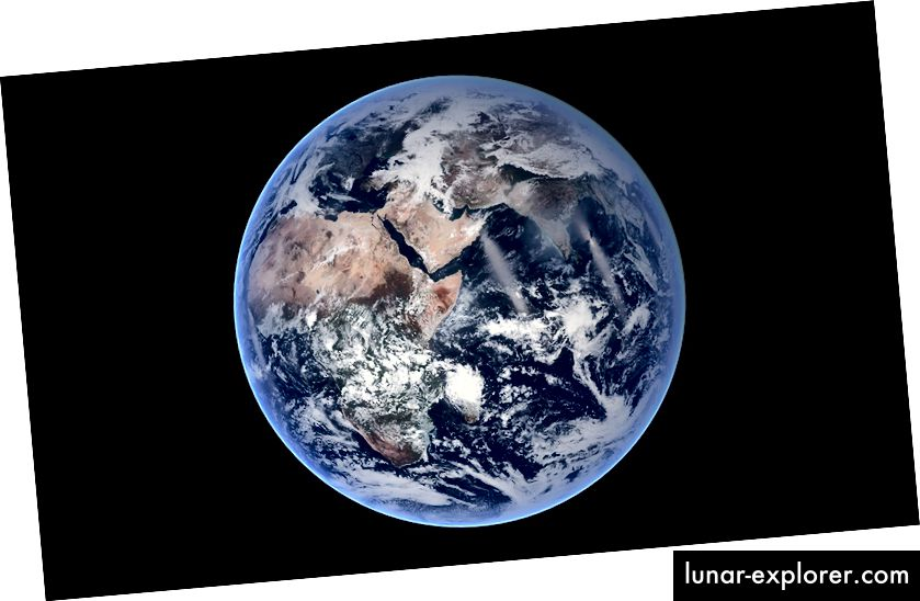 Ova slika Plavog mramora iz NASA pokazuje koliko je savršena sfera Zemlje u stvari. Međutim, zbog svoje rotacije, Zemlja ima svoj mali ispust od 26 km (41 km) na svom ekvatoru, što ga čini oblatnom sferoidom.