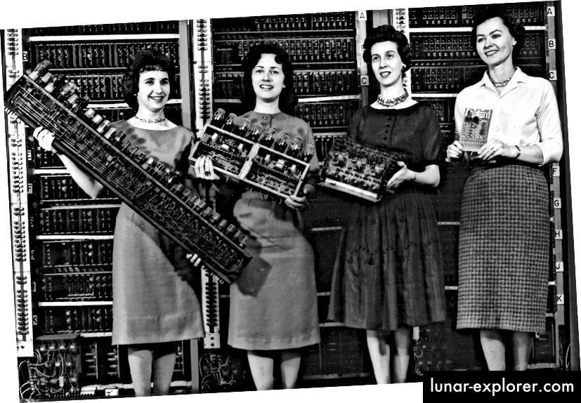 """""""Dijelovi sa četiri rana računala, 1962. S lijeva na desno: ENIAC ploča, EDVAC ploča, ORDVAC ploča i BRLESC-I ploča, pokazuju trend prema minijaturizaciji."""""""