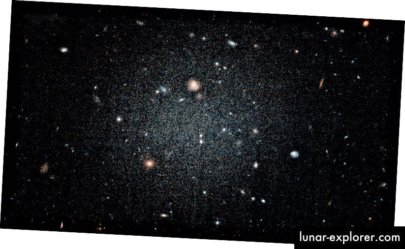 Fotografija galaksije DF2 (NASA, ESA i P. van Dokkum [Sveučilište Yale])