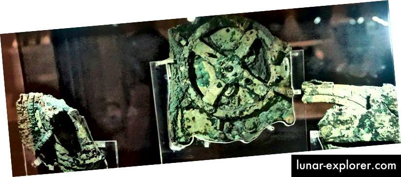 Tri najveća komada artefakta su izložena, a glavni zupčanik vidi se u sredini. Smješten je u Nacionalnom arheološkom muzeju u Ateni i bio je omiljeni komad ovog fizičara Richarda Feynmana.