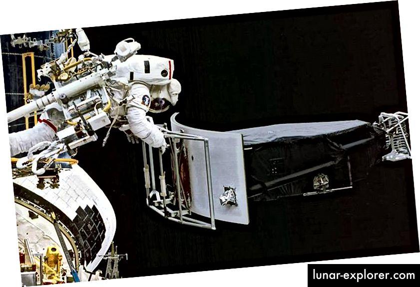 Jeffrey Hoffman űrhajós eltávolítja az 1. széles mezőt és a bolygókerekes kamerát (WFPC 1) a Hubble első karbantartási missziója során történő kikapcsolási műveletek során. Ahogy az űrhajósok tudják a legjobban elmondani az űrutazás történetét, a tudósok a legjobban tudják elmondani a szakterületükről szóló történetet. (NASA)