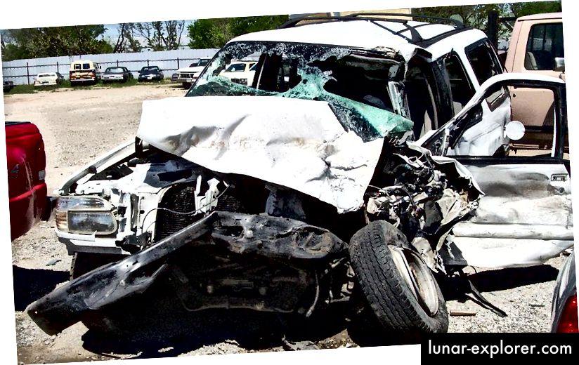 Annak ellenére, hogy egy kis százalékban élnek egy egyébként halálos balesetet, ha nem viselnék a biztonsági övet, az élet sokkal nagyobb részét megmentik az emberek, akik ezeket viselik. Becslések szerint további 15 000 haláleset évente az Egyesült Államokban, ha nem lennének biztonsági övek az autókban; ha mindenki viselné őket, további 2500-kal kevesebb halál következne be. (US AIR FORCE)