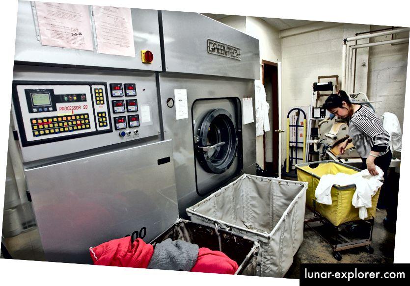 عاملة في Sohn's French Cleaners تقوم بفرز الملابس بجانب آلة التنظيف الجاف Greentech التي تستخدم مواد كيميائية صديقة للبيئة في 29 يناير 2007 في سان فرانسيسكو ، كاليفورنيا. الصورة: جوستين سوليفان / غيتي إيماجز