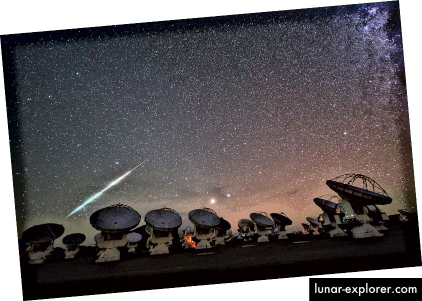 Meteor, fotografiran na velikoj milimetarnoj / sublimilimetrskoj matici Atacama, 2014. ALMA je možda najnaprednija i najsloženija lepeza radijskih teleskopa na svijetu, sposobna je slikati neviđene detalje na protoplanetarnim diskovima, a također je sastavni dio teleskop Event Horizon. (ESO / C. MALIN)