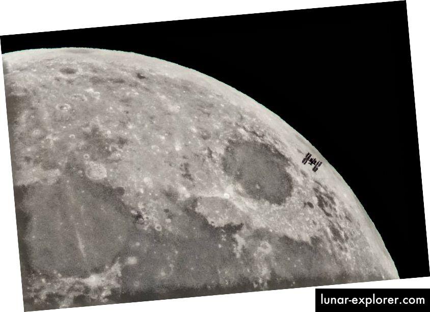 Stasiun Luar Angkasa Internasional (ISS) terlihat siluet melawan Bulan. Kredit gambar: NASA / Bill Ingalls