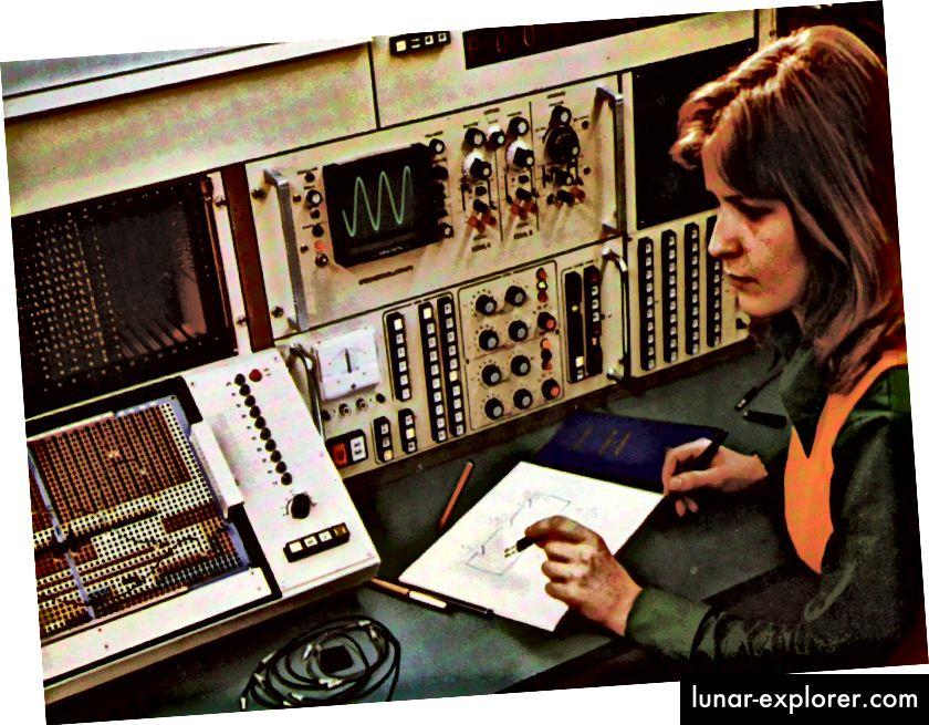 Ingegnere che utilizza il computer analogico Telefunken 770 RA.