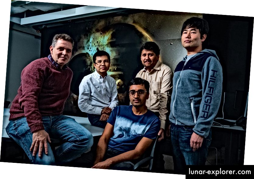 Eine Studie der Wissenschaftler der Rice University (von links), Gelu Costin, Chenguang Sun, Damanveer Grewal, Rajdeep Dasgupta und Kyusei Tsuno, ergab, dass die Erde höchstwahrscheinlich den größten Teil ihres Kohlenstoffs, Stickstoffs und anderer lebenswichtiger Elemente von der Planetenkollision erhielt, die den Mond verursachte vor mehr als 4,4 Milliarden Jahren. Die Ergebnisse erscheinen in der Zeitschrift Science Advances. (Jeff Fitlow / Rice University)