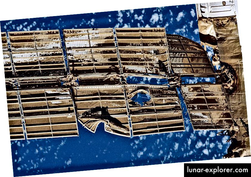 لوحة شمسية تضررت من الاصطدام على محطة مير الفضائية. المصدر: ناسا