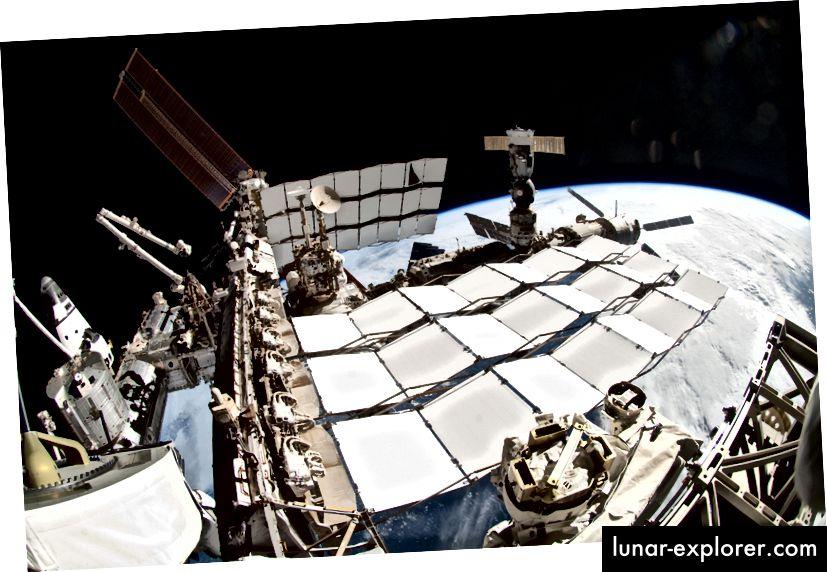 Hűtő radiátor panelek a Nemzetközi Űrállomáson. Forrás: NASA