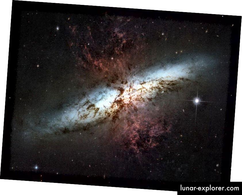A csillagszórós Messier 82 galaxisban, amikor az anyagot a vörös fúvókák szerint kiutasították, a jelenlegi csillagképződésnek ezt a hullámát szoros gravitációs kölcsönhatás váltotta ki szomszédjával, a fényes spirális galaxissal, a Messier 81.-vel (NASA, ESA, HUBBLE). Öröklődéses csapat (STSCI / AURA); KÖSZÖNETNYILVÁNÍTÁS: MOUNTAIN M. (STSCI), PUXLEY P. (NSF), J. GALLAGHER (U. WISCONSIN))