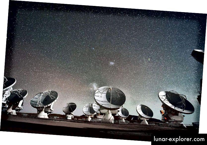 تعد صفيف Atacama Large Millimeter / submillimeter (ALMA) من أقوى التلسكوبات الراديوية على الأرض. يمكن لهذه التلسكوبات قياس التواقيع ذات الطول الموجي للذرات والجزيئات والأيونات التي يتعذر الوصول إليها لتلسكوبات ذات الطول الموجي الأقصر مثل هابل ، ولكن يمكنها أيضًا قياس تفاصيل أنظمة الكواكب الأولية ، وحتى الإشارات الغريبة التي لا يمكن أن ترى التلسكوبات الأشعة تحت الحمراء رؤيتها. لقد كانت الإضافة الأكثر أهمية إلى تلسكوب حدث الأفق. (ESO / C. MALIN)