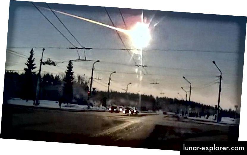 Челябинска огнена топка, записана от дамска камера от Каменск-Уралски северно от Челябинск, където все още беше зората. (Институт за планетарно общество)