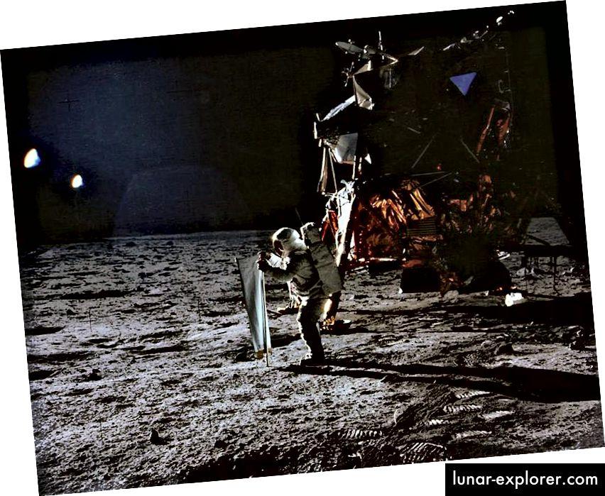 Apollo 11 tõi inimesed Kuu pinnale esimest korda 1969. aastal. Siin on Buzz Aldrin, kes seadis Apollo 11 osana päikesetuule eksperimendi, Neil Armstrong foto ülesvõttes. (NASA / APOLLO 11)