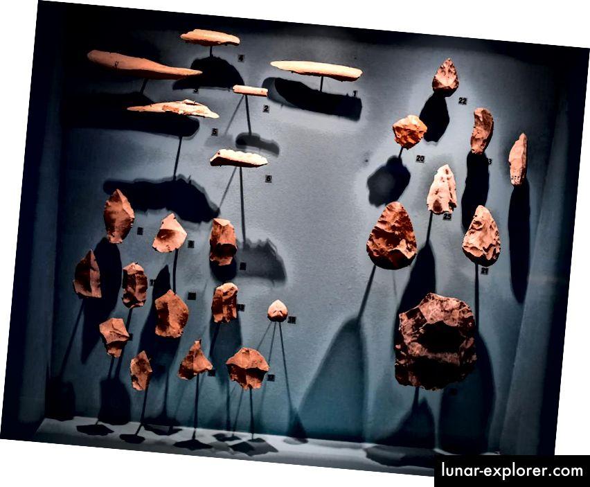 26. märtsil 2018 tehtud pildil on näha Pariisis Musee de l'Homme neandertaallaste näituse jaoks eksponeeritud tööriistad. Neandertallased ja inimesed eksisteerisid Euroopas tuhandeid aastaid, kuid neandertaallaste väljasuremine oli kiire ja lõplik pärast nende kohtumist inimestega. (STEPHANE DE SAKUTIN / AFP / Getty pildid)