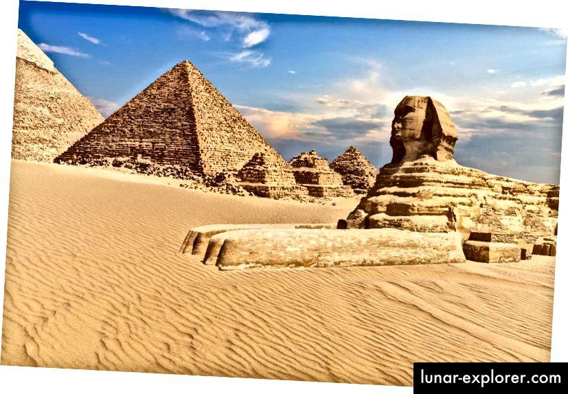Giza sfinks Egiptuses kõrbes püramiidide kõrval. Vanimad säilinud püramiidid pärinevad ligi 5000 aastat ja on vanimad säilinud inimese loodud monumendid. (GETTY)