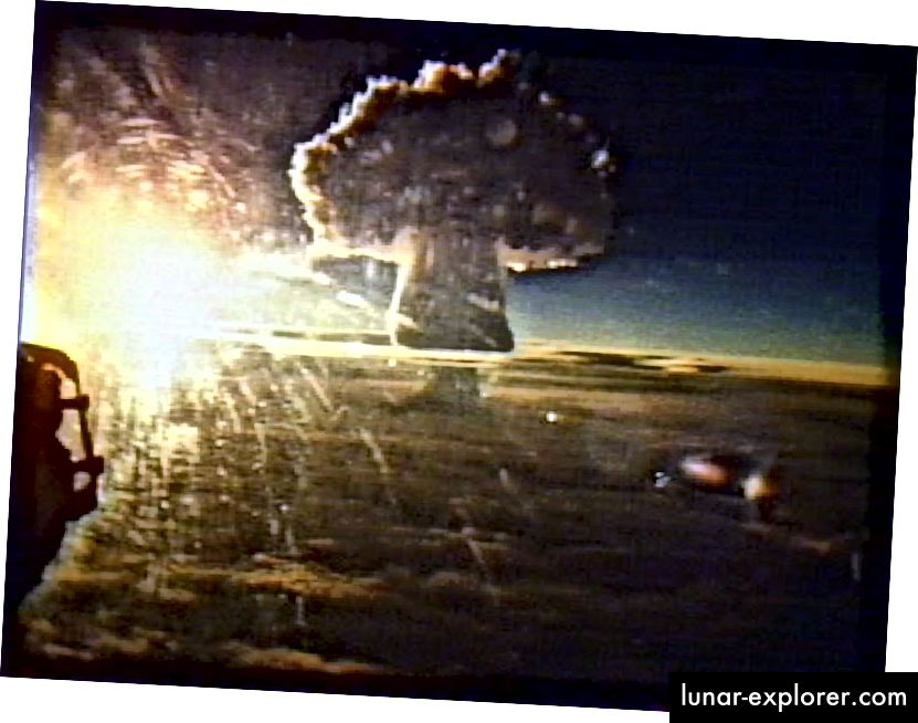 Suurim inimtegevusest põhjustatud plahvatus, mis Maa peal kunagi aset leidnud, oli Nõukogude Liidu tsaar Bomba, mis plahvatas 1961. aastal. Tuumasõda ja sellele järgnev keskkonnakahjustus on üks võimalik viis, kuidas inimkond võib lõppeda. Isegi kui kõik Maa tuumarelvad detoneeritakse korraga, jääb planeet ise puutumata, näidates Maa vastupidavust, kuid inimtsivilisatsiooni nõrkust. (1961. aasta TSAR BOMBA PLAHVATUS; FLICKR / ANDY ZEIGERT)