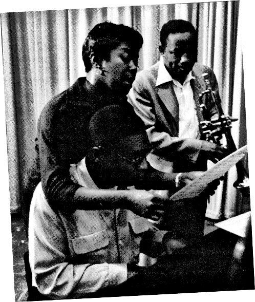 """Сара Вьоган, Джими Джоунс и Клифърд Браун по време на сесията на запис за """"Сара Вон с Клифърд Браун"""", в Ню Йорк, 1954 г. (Снимка от Херман Леонард)"""