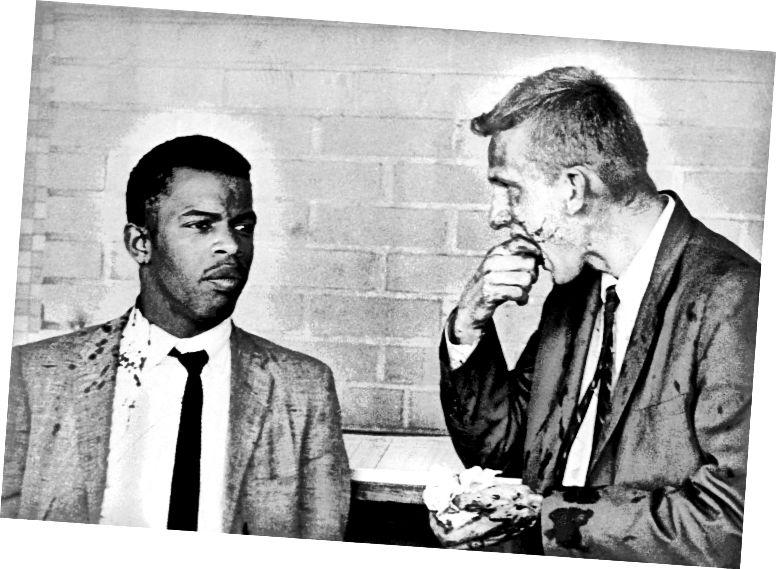 Երկու արյան մեջ ցրված Freedom Riders- ը ՝ John Lewis- ը (ձախ) և James Zwerg- ը (աջ) կանգնած են միասին, այն բանից հետո, երբ նրանք հարձակվել և ծեծի են ենթարկվել Ալաբամա նահանգի Մոնթգոմերի նահանգում հայամետ խմբավորման կողմից: (Bettmann / Bettmann Archive)