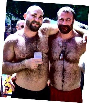 Medvědi (v jejich přirozeném prostředí). Nekrmte!