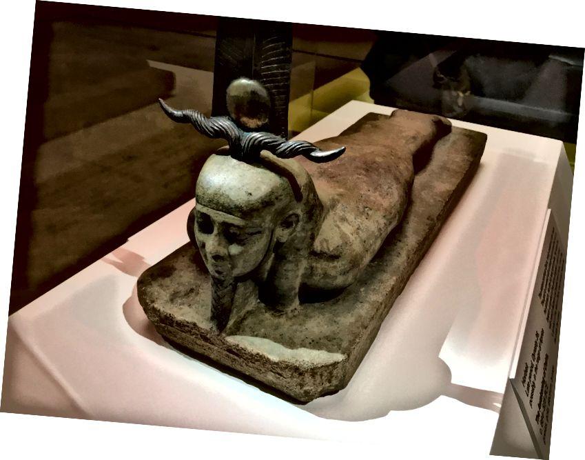 """Osiris ag ardú a chinn le meangadh beag gáire tráth an dúisithe nó an aiséirí, tar éis dó a chorp dismembered a athmhúnlú agus a atógáil. Taispeántar an dealbh sa taispeántas """"Egypt's Sunken Cities"""" ag Institiúid Ealaíne Minneapolis."""