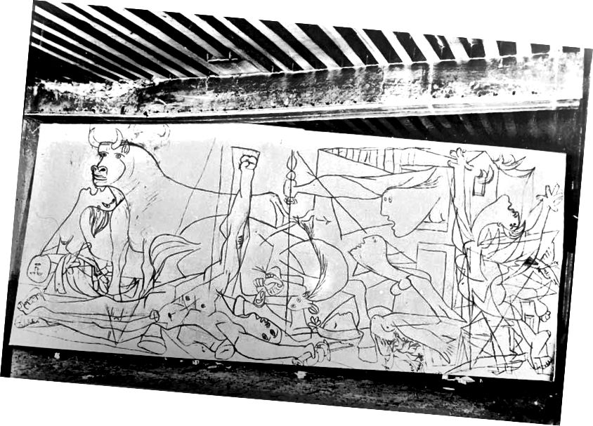 До 30-те години Пикасо работи до голяма степен в тайна, но по време на рисуването на Герника той отвори вратите на ателието си за посетители. По това време фотографката Дора Маар, неговата любовница и муза, улови напредъка на картината от ранните етапи до завършването. Този ранен чертеж разкрива множество детайли, които биха били променени за окончателната версия. Войникът със счупения меч повдига юмрук в републиканския салют в тази версия, като премахва поздрава Пикасо деполитизира картината. (Честна употреба)