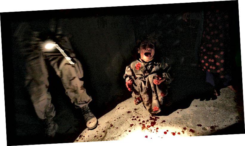 Фотографът Крис Хондрос залови малко иракско момиче Самар Хасан, плачейки след като родителите й бяха застреляни от американски войници с 25-та пехотна дивизия на 18 януари 2005 г. в Тал Афър, Ирак. Съвременната фотожурналистика носи ужасите на войната по по-непосредствен и травматичен начин, отколкото би било възможно през 30-те години. (Честна употреба. Крис Хондрос.)