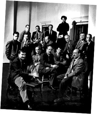 ПОРТРЕТ ГРУППЫ АМЕРИКАНСКИХ АБСТРАКТНЫХ ХУДОЖНИКОВ, КОЛЛЕКТИВНО ЗНАЮЩИЙ КАК «НЕУДАЧНЫЕ», НЬЮ-ЙОРК, НЬЮ-ЙОРК, 24 НОЯБРЯ 1950 ГОДА. ФОТОГРАФИЯ КУРТЫ НИНА ЛИН / СОДЕРЖАТЕЛЬ / GETTY IMAGES.