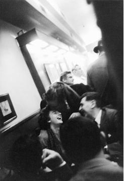 ГРЕЙС ХАРТИГАН СМЕЕТСЯ С ДРУЗЬЯМИ В КЕДРОВОМ ТАВЕРНЕ, 1959. ФОТОГРАФИЯ КУРТИЗИИ ДЖОН КОЭН / СОВЕТНИК / GETTY IMAGES.
