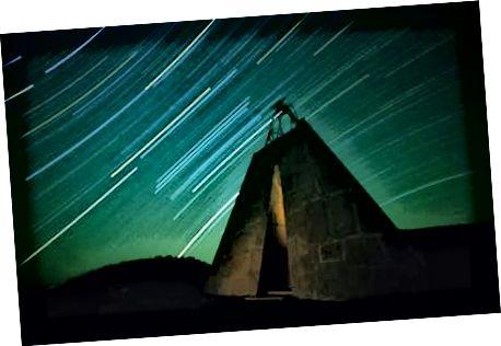 Vlevo: Charles Ross, vstup do Star Tunnel. Střed: Hvězdný tunel. Vpravo: Hvězdná pyramida.