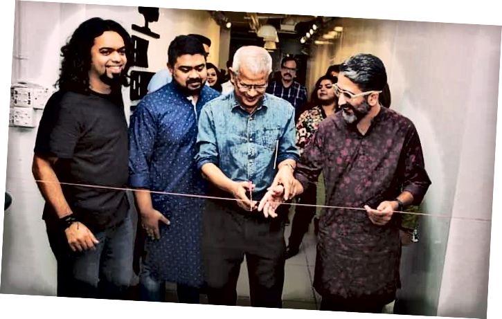 Главни гости прерязаха импровизираната лента, за да открият изложбата.
