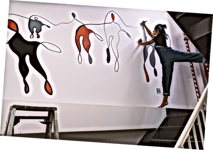 Նկարիչ Սառա Նորին հրաշագործություն է անում «NoMad» սանդուղքում: Լուսանկարը ՝ Լյուդովիկ Բաուսսանի