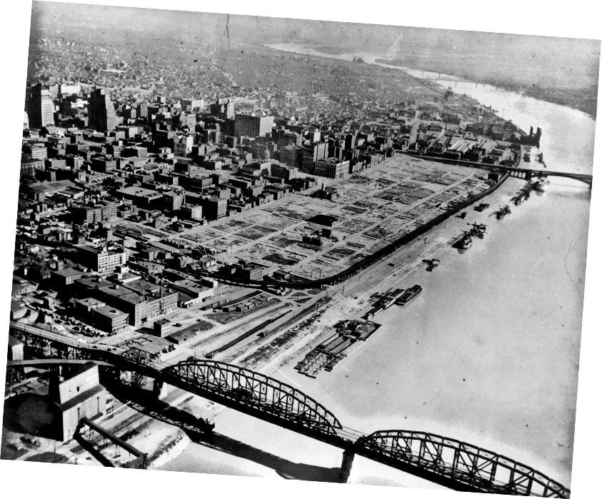 Ձախ. Չուգուն պահեստամասերը քաղաքի STL թաղամասում փորված էին ՝ կառուցելու Gateway Arch- ը: Rightիշտ է ՝ հողը մաքրված է, որտեղ այժմ գտնվում է կամարը: