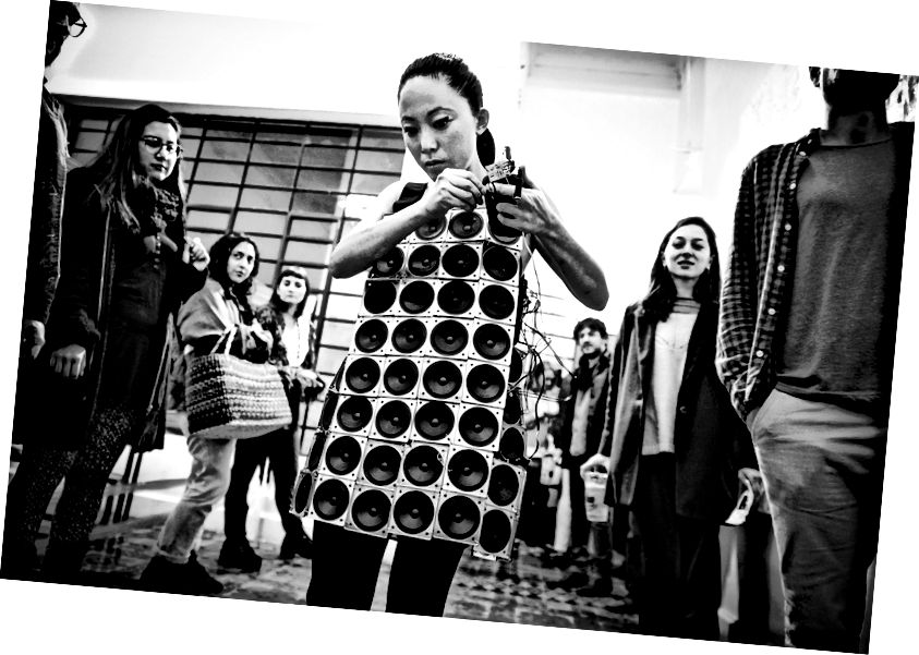 Reproduktorové šaty od Pauchi Sasaki. Foto: Janice Smith-Palliser