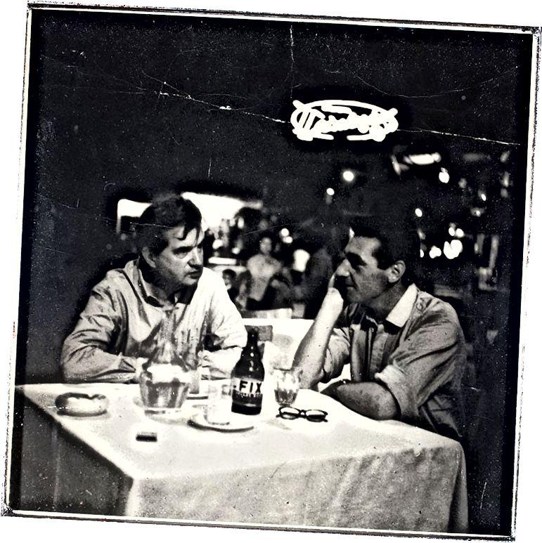 فرانسيس بيكون (يسار) وجورج داير (يمين) في مطعم في سوهو