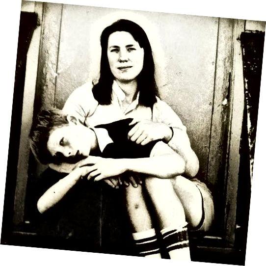 """Мама и аз по стъпалата на нашето правителство субсидираха студентски жилища в средата на 70-те - Съседът ни направи тази снимка. Къщата беше осъдена седмица преди това - и булдозирана седмица след тази снимка. Майка ми беше моят оригинален супергерой - прочетете """"Ода на мама-войн""""."""