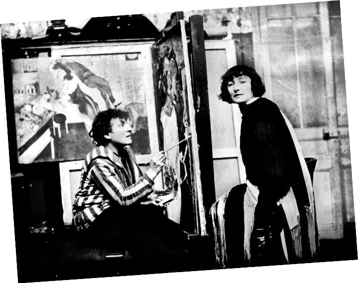 © SZ PHOTO / BRIDGEMAN IMAGES - MARC CHAGALL UND SEINE FRAU BELLA ROSENFELD IN SEINEM WORKSHOP IN PARIS, 1926.