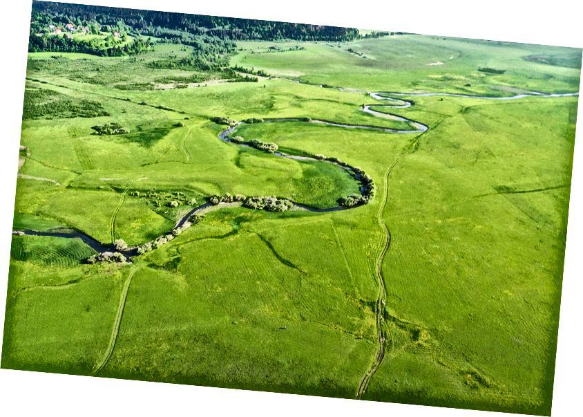 Danau Cerknica yang terputus-putus di akhir musim semi. Air baru saja surut, sungai-sungai telah kembali ke saluran berkelok-kelok mereka, padang rumput subur muncul lagi dan semuanya dengan cepat tumbuh, mekar, berbunga ... Lihat lebih lanjut tentang permata alami Slovenia - situs Ramsar dan Natura 2000 - di sini. Foto udara layang-layang, Nikon 1 J1 pada layang-layang 'militer Prancis'.
