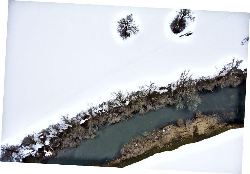 Sungai Unica di musim dingin. Bidang karst Planina, Slovenia. Nikon 1 J1 pada layang-layang kereta luncur Kerajaan 69. Dan mungkin - mungkin! - ada sesuatu di sungai!