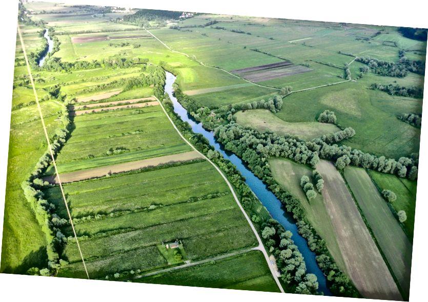 Sungai Ljubljanica dekat Bevke, Slovenia. Di dekat belokan, sebuah batu batas Romawi ditemukan, menyelesaikan sebuah pertanyaan lama tentang perbatasan internal kekaisaran Romawi.