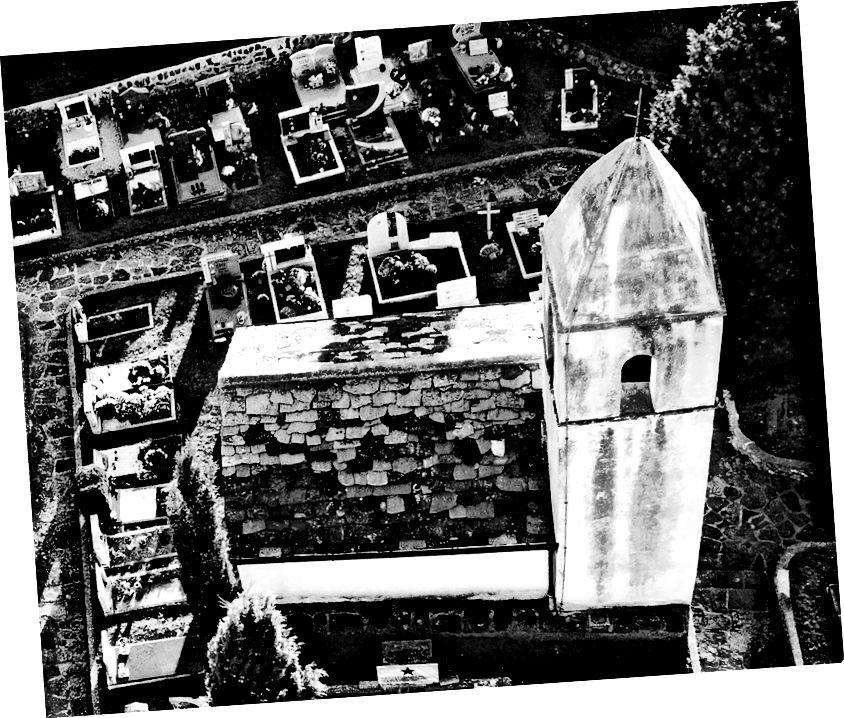Gereja st. Quiricus, di atas Lukini, Slovenia. Lihat lebih lanjut tentang gereja tua ini dan pelindungnya yang misterius di sini.