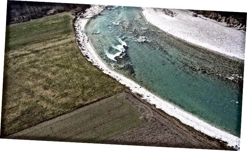Tikungan sungai Sava dekat Šentjakob, Slovenia. Baca kisah hebat tentang bagaimana erosi sungai menghancurkan lahan pertanian - tetapi ciptakan tempat bersarang untuk koloni spesies burung yang sangat terancam punah!