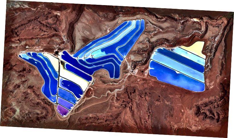 38 · 485579 °, –109 · 684611 ° In der Kalimine in Moab, Utah, USA, sind Verdunstungsteiche sichtbar. Die Mine produziert Kali-Muriat, ein kaliumhaltiges Salz, das ein Hauptbestandteil von Düngemitteln ist. Das Salz wird aus unterirdischen Solen an die Oberfläche gepumpt und in massiven Solarteichen getrocknet, die sich vibrierend über die Landschaft erstrecken. Während das Wasser innerhalb von 300 Tagen verdunstet, kristallisieren die Salze aus. Die Farben, die hier zu sehen sind, treten auf, weil das Wasser tiefblau gefärbt ist, da dunkleres Wasser mehr Sonnenlicht und Wärme absorbiert, wodurch die Zeit verringert wird, die das Wasser benötigt, um zu verdampfen und das Kali zu kristallisieren. Täglicher Überblick | Satellitenbilder © 2016, DigitalGlobe, Inc.
