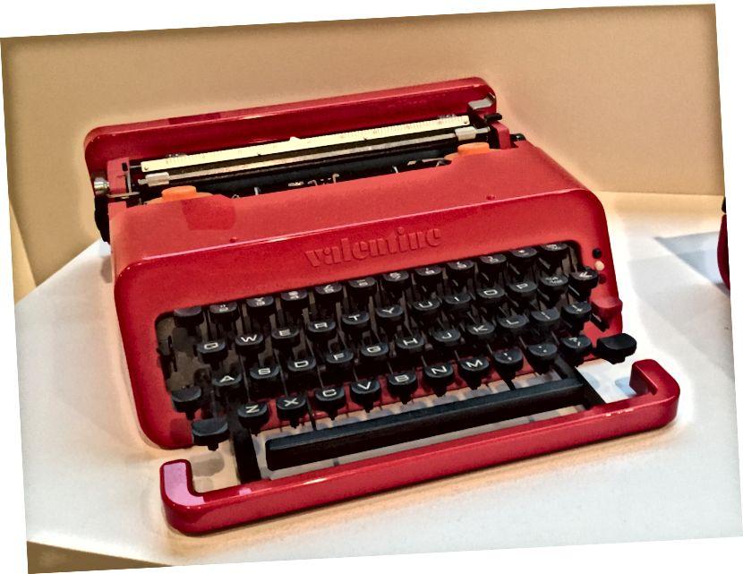 Valentýnský psací stroj na výstavě v The Met Breuer's Ettore Sottsass: Design Radical | © Amber C. Snider